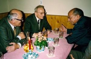 Heurigenbesuch nach der Konferenz im Jahr 1992 (von links nach rechts: Professoren Hans Seidel, Josef Steindl und Paolo Sylos Labini)